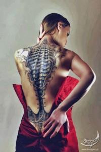 Body painting dos de femme bionique façon corset