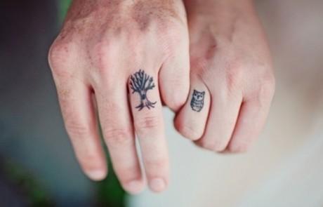 Couple-Tattoo-arbre-chouette-doigt-hibou