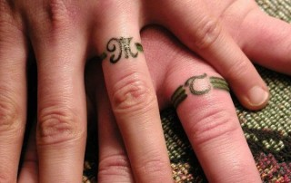 Couple-Tattoo-bague-doigt-lettre-greque-initiales