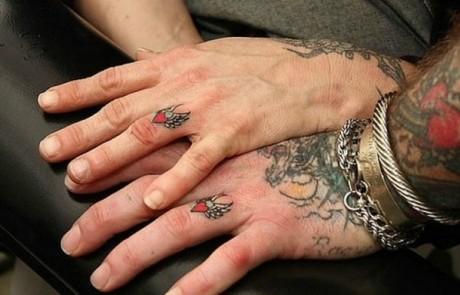 Couple-Tattoo-doigt-coeur-aile