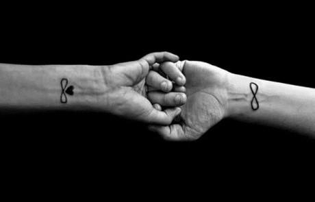 Couple-Tattoo-signe-infini-coeur-poignet