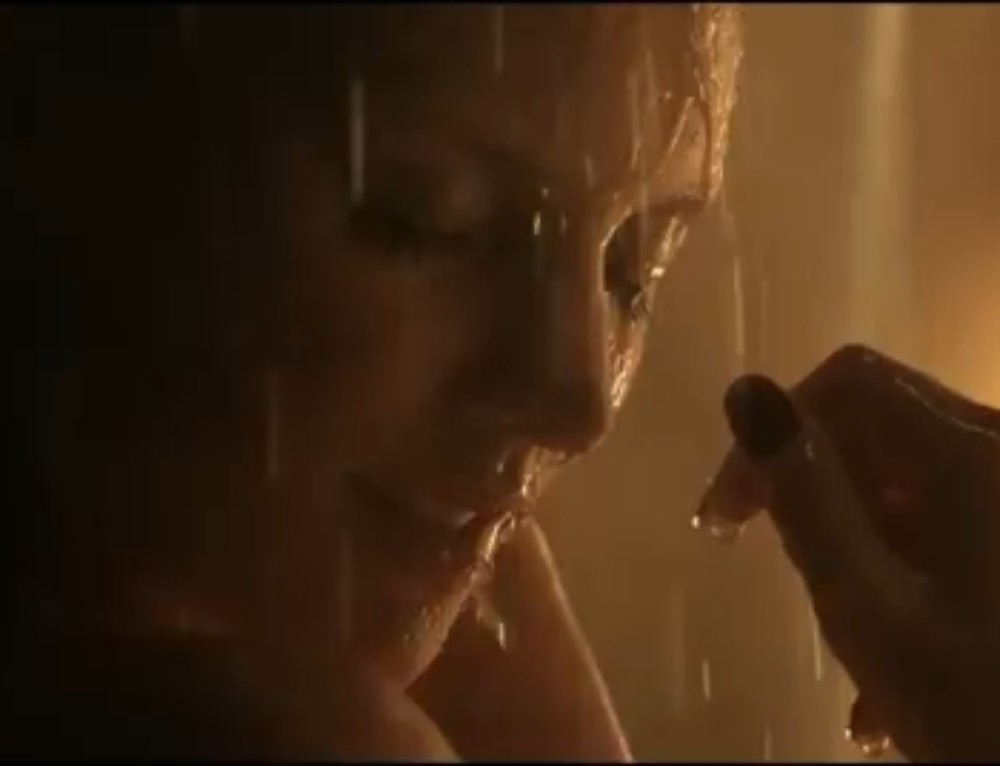 Une jeune femme sauve sa peau sous la douche grâce à  Lux
