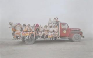 Portraits-Gabriel-de-la-Chapelle-camion-transporte-personnes-habits-flamme-brume-brouillard