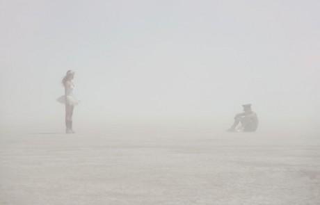 Portraits-Gabriel-de-la-Chapelle-danseuse-tutu-blanc-homme-assis-casquette-brume-brouillard