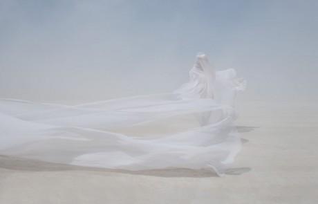 Portraits-Gabriel-de-la-Chapelle-femme-drapee-desert-brume-brouillard