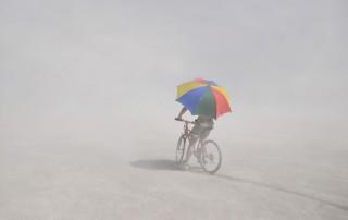 Portraits-Gabriel-de-la-Chapelle-homme-velo-rouge-parapluie-colore-brume-brouillard