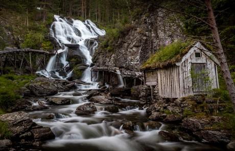 architecture-norvegienne-conte-fee-cascade-Kvednafossen