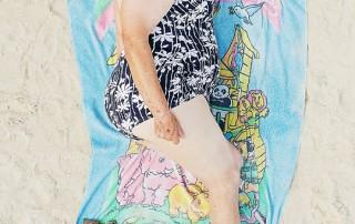bains-de-soleil-femme-couche-cote-tong