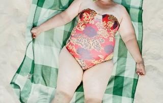 bains-de-soleil-femme-serviette-carreaux