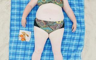 bains-de-soleil-femme-serviette-carreaux-bleux