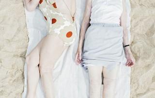 bains-de-soleil-femmes-serviette-blanche-endormies