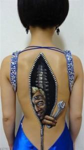 body painting dos de femme en réparation
