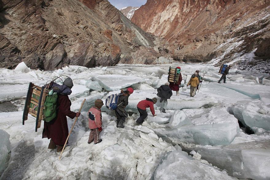 chemin-ecolier-dangereux-Himalaya-Inde-Zanskar