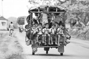 chemin-ecolier-dangereux-Inde-tuktuk-Rickshaw