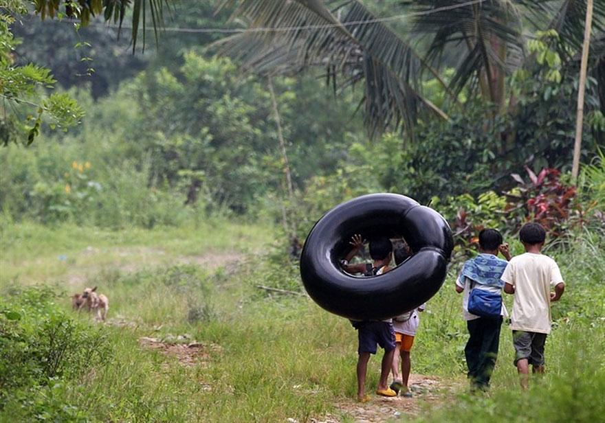 chemin-ecolier-dangereux-Philippines-Rizal-bouee-pneu-1