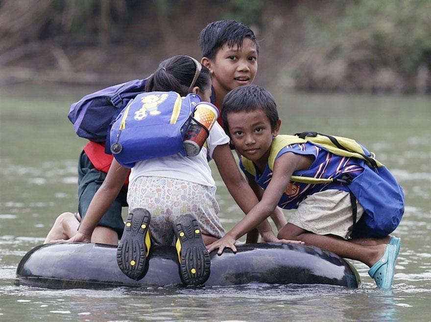 chemin-ecolier-dangereux-Philippines-Rizal-bouee-pneu-2