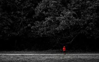 couleur-unique-noir-blanc-enfant-style-chaperon-rouge-botte