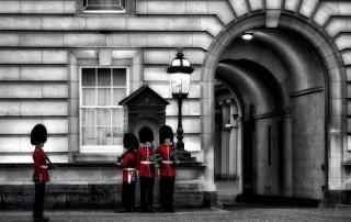 couleur-unique-noir-blanc-garde-royale-rouge-britanique-releve