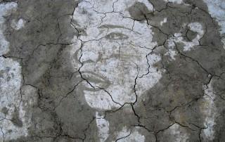 miha-brinovec-portrait-femme-glaise-boue-contraste-sec-mouille