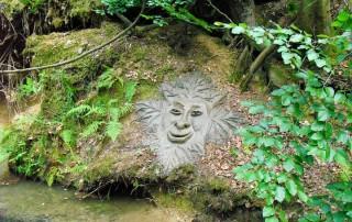 miha-brinovec-visage-creature-feuilles-genre-singe-humanoide