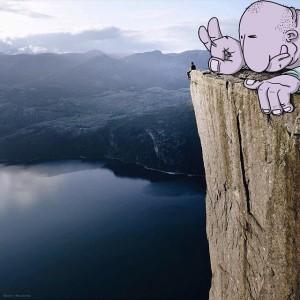 photo-invasion-instagram-lucas-levitan-pousse-homme-falaise