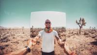 selfies-desertiques-surrealistes-Ari-Fararooy-mirroir