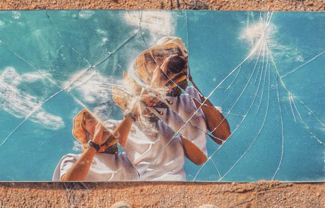 selfies-desertiques-surrealistes-Ari-Fararooy-mirroir-pieds