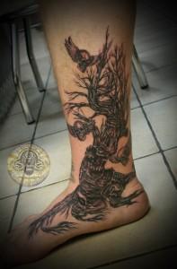 tatouage-jambe-arbre-crane-horreur