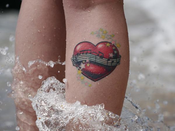 tatouage-jambe-coeur-musique