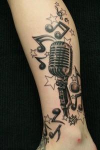 tatouage-jambe-micro-note-musique
