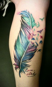 tatouage-jambe-plume-oiseau