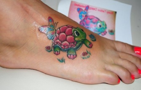 tatouage-tortue-coloree-terrestre-enfantine-pied