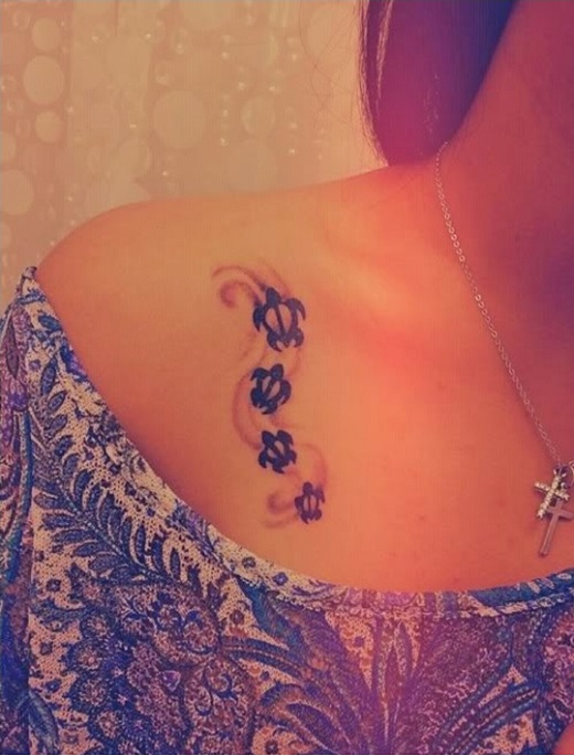 tatouage-tortue-multiples-chemin-sable-clavicule