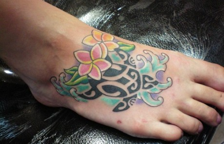 tatouage-tortue-stylisee-coloree-pied