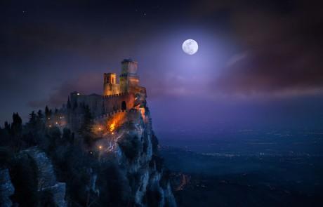 voie-lactee-etoilee-chateau-illumine-lune