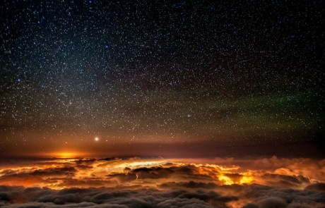 voie-lactee-etoilee-vue-dessus-brume-altitude
